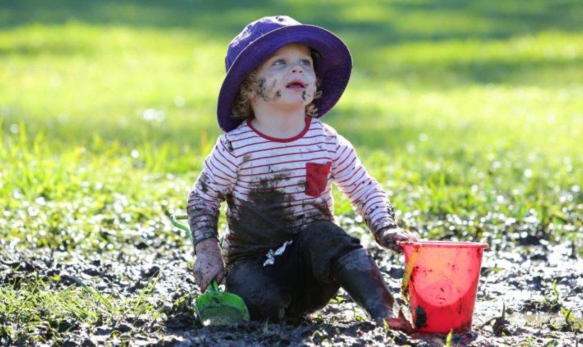 बच्चों के मिट्टी खाने से हैं परेशान तो करें ये अनोखे उपाय